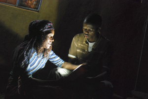 Experiencing solar lighting in the darkness of night © Lighting Africa