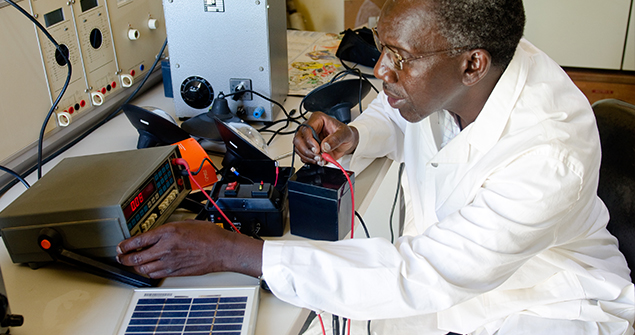 Solar-lanterns-components-are-tested-at-a-lab-in-Dakar_Bruno-Demeocq-Lighting-Africa